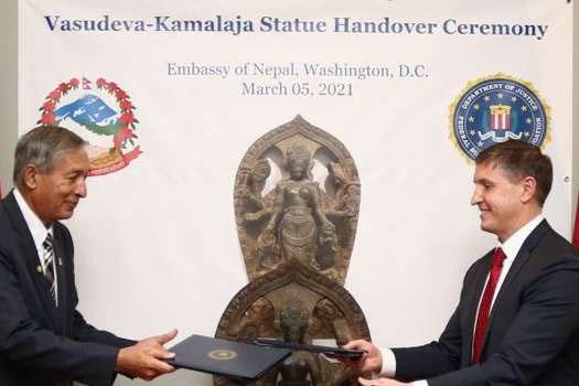 नेपालबाट चोरिएको ऐतिहासिक मूर्ति अमेरिकी सरकारद्वारा राजदूत खतिवडालाई वासिंगटनमा हस्तान्तरण