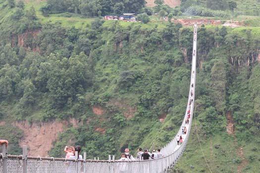 विश्वकै लामो भनिएको झोलुङ्गे पुल खुल्याे, हेर्नेको भीड