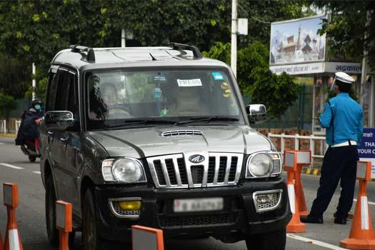 पत्रकारकै हुन् त निषेधाज्ञामा प्रेस लेखेर हुइँकिएका महंगा गाडी ?