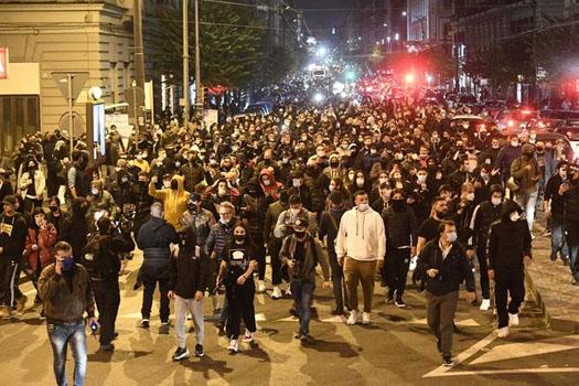 इटलीको नेपल्समा लकडाउनको विरोधमा प्रदर्शन, प्रहरीमाथि आक्रमण
